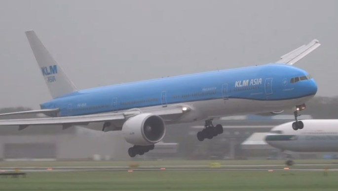 Boeing 777 Landing 75Mph Windstorm Video