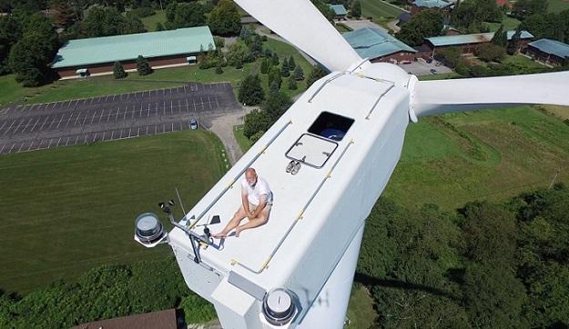 ドローンで地上60メートルの風力発電機の上でお昼寝しているおじいちゃん発見!