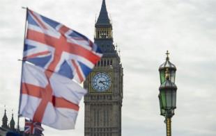 Vista de las banderas de Reino Unido e Inglaterra junto al Big Ben en el Parlamento británico en Londres, Reino Unido. EFE/Archivo