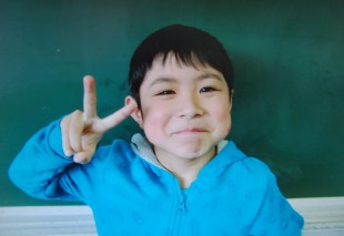 This undate handout picture provided by an elementary school of Hokuto city shows Yamato Tanooka. The seven-year-old boy missing since being abandoned in a bear-inhabited forest in northern Japan as a punishment nearly a week ago was found alive on June 3 and reunited with his parents, officials said. / AFP PHOTO / an elementary school of Hokuto c / AN ELEMENTARY SCHOOL VIA JIJI PR