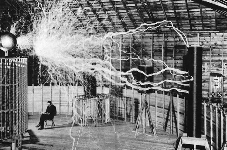 """Никола Тесла и его """"усиливающий передатчик"""" в лаборатории история, факты, фото"""