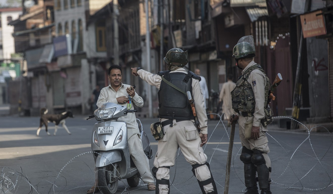 Indian paramilitary troopers ask a Kashmiri man to leave in Srinagar city, the summer capital of Indian-controlled Kashmir. Photo: Xinhua
