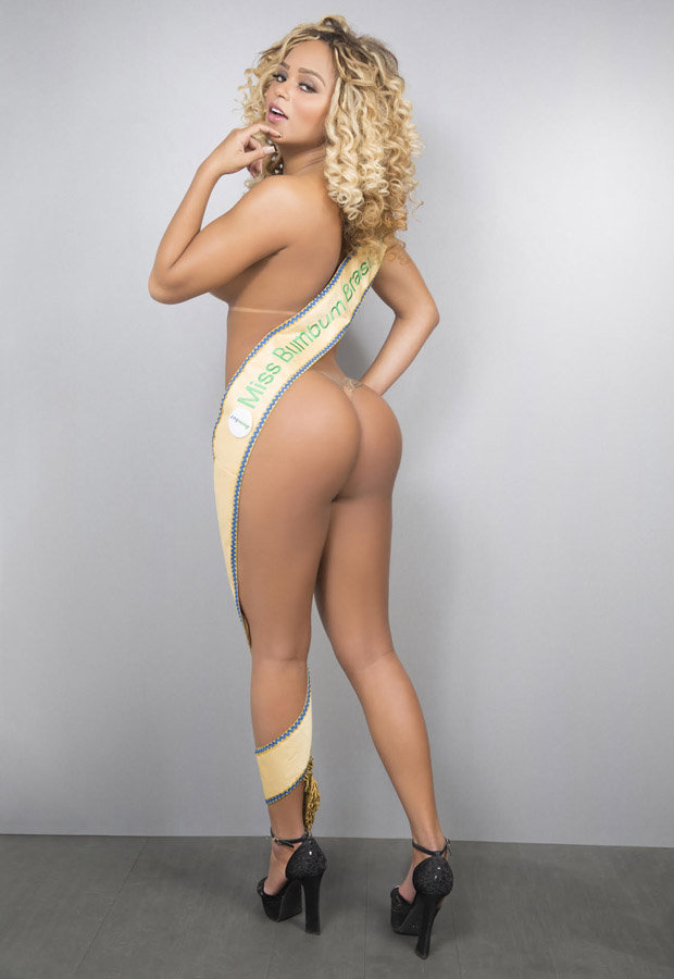 Erika Canela shows off bum naked
