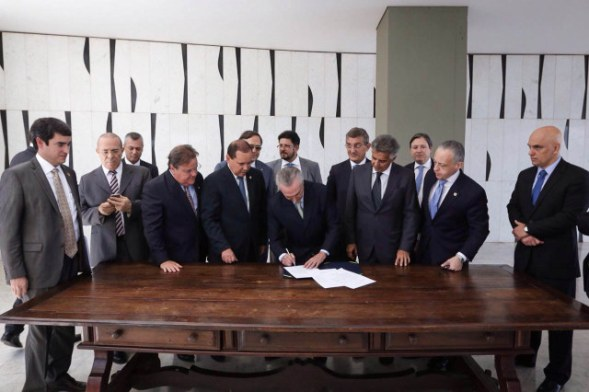 Michel Temer signs the official Senate notification of Dilma Rousseff's suspension, which made him interim president, on Thursday May 12. Credit: Marcos Corrêa/VPR