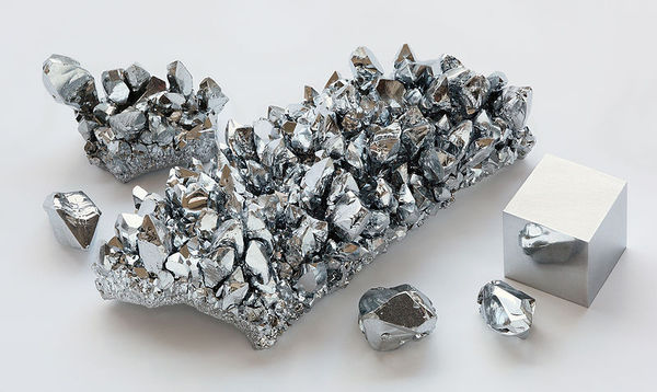 800px-Chromium_crystals_and_1cm3_cube.jpg