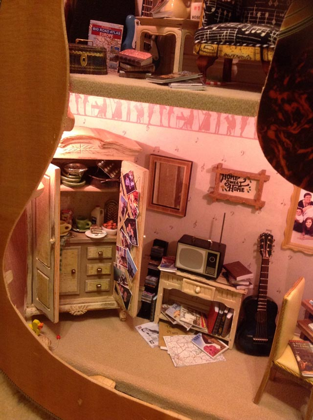 old-guitar-doll-house-3