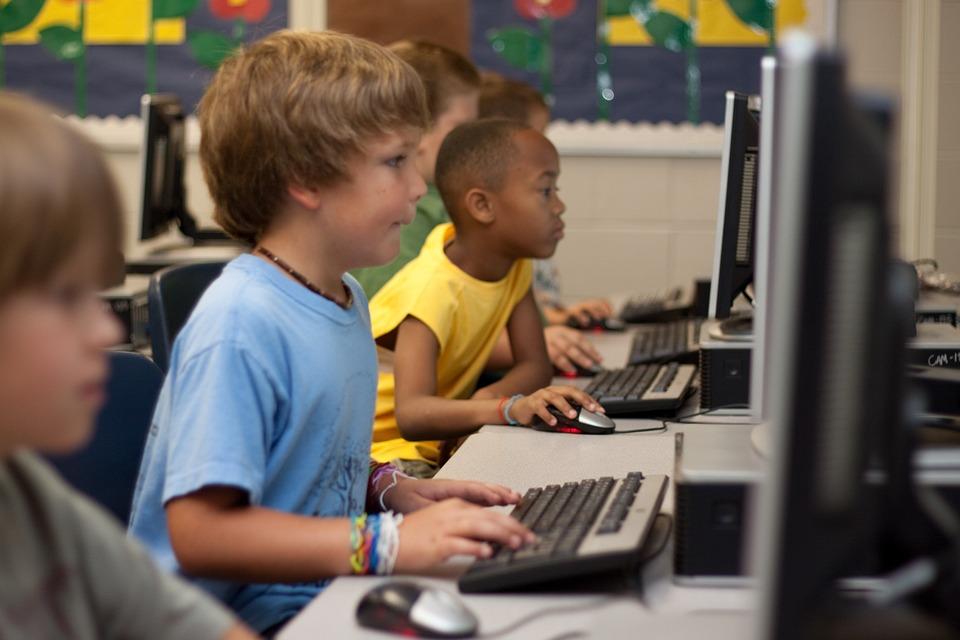 パソコンを学ぶ小学生