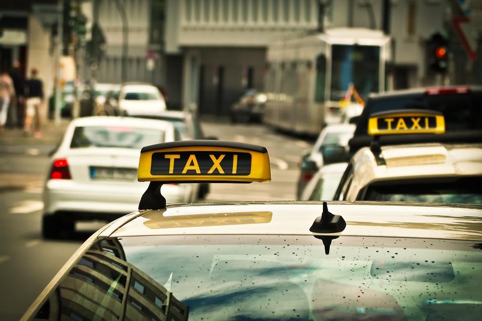 街を走るタクシー