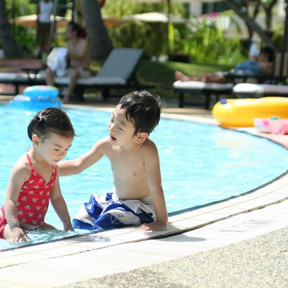 プールで遊ぶ兄妹