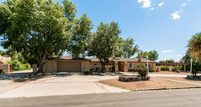Beautiful 1 acre home with New Stucco!