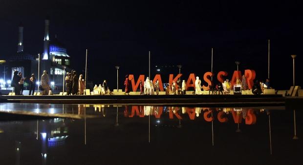 Warga Makassar Tonton Gerhana Matahari di Pantai Losari