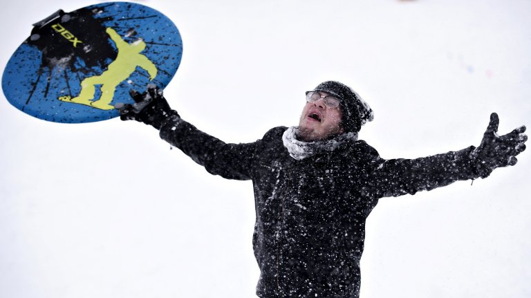 Chris Kissel juega con la nieve en Embalse Hill Park en Bowling Green, Kentucky