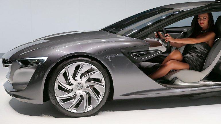 Mide 4.69 mts de largo y 1.31 mts de alto. Opel presenta un híbrido con motor eléctrico y un nuevo motor 1.0 Turbo SIDI con gas