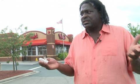 Παρήγγειλε φαγητό σε εστιατόριο φαστ-φουντ και βρήκε μέσα... 4.000 ευρώ! (video)