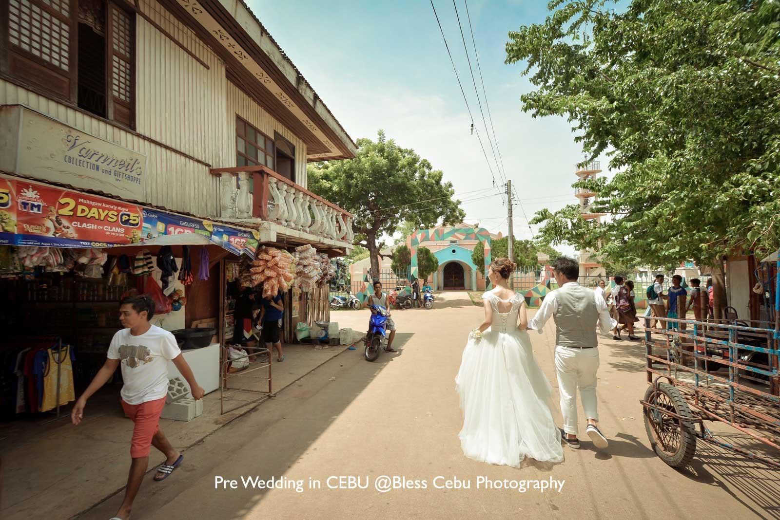 オランゴ村フォトで地元の人々と触れ合う風景も撮影