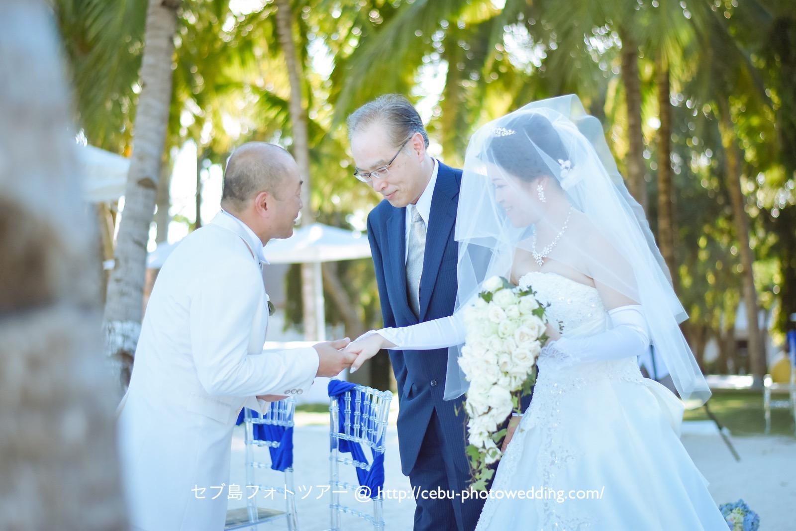 花嫁様の手がお父様から新郎様へ、胸を打つ瞬間