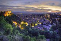 Preciosa vista nocturna de la Ciudad de Granada, con la Alhambra a un lado.