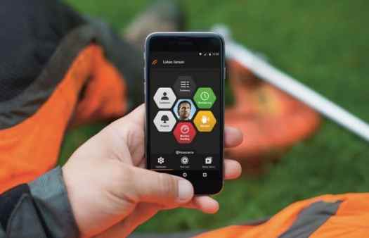 Husqvarna Fleet Services - operator in the field with the new smartphone app