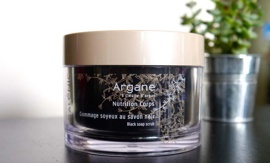 Le gommage soyeux au savon noir Galénic - un incontournable pour préparer nos congés ! - Photo à la Une - Charonbelli's blog mode