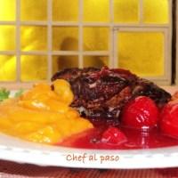 Pierna de cerdo en salsa de ciruelas y puré de camote