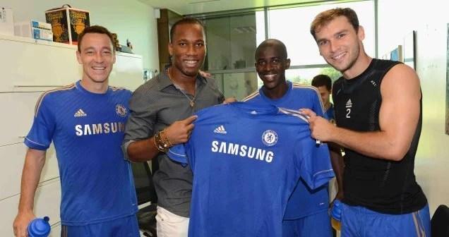 Drogba posa para a foto ao lado de Terry, Ramires e Ivanovic. (Foto: Site Oficial do Chelsea).