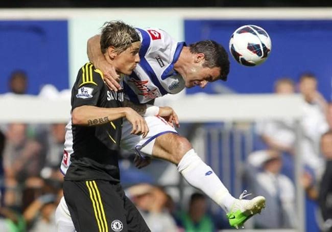 Torres e Nelsen disputam a bola. (foto: PA)
