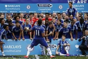 Sempre o mais feliz, Drogba comanda a festa na hora da foto oficial do campeão
