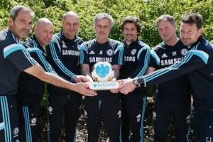 Mourinhi e sua comissão técnica com o prêmio (Foto: Chelsea FC)