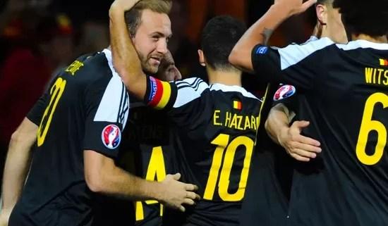 Capitão belga, Eden Hazard vibra com companheiros após seu gol (Foto: Getty Images)
