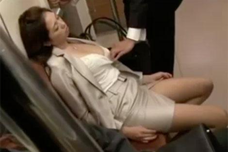 電車内で無防備に居眠りしている巨乳OL