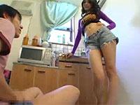 自分のチクビとカラダを見せて弟のオナニーを手伝ってあげる性的な意味で優しい姉