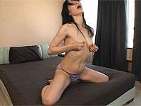 激しすぎる熟女の乳首オナニー。荒々しく乳首を摘み、引っ張っり、舐り・・・