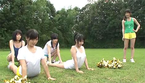 女子大生チアリーディング部の強化合宿中、先輩が後輩にまさかの乳首弄り!?
