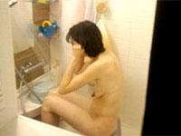 乳首デッカwww民家風呂の盗撮動画にとんでもないデカナガ乳首の女性が・・・