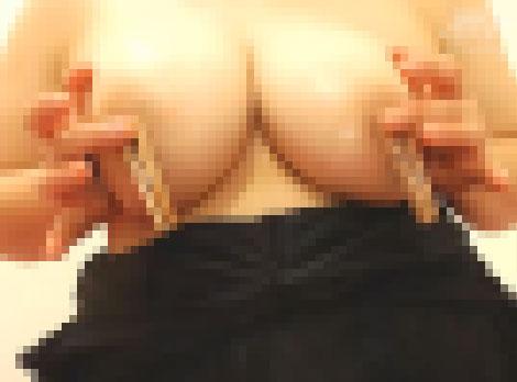 乳首クリップを付けて乳首オナニー