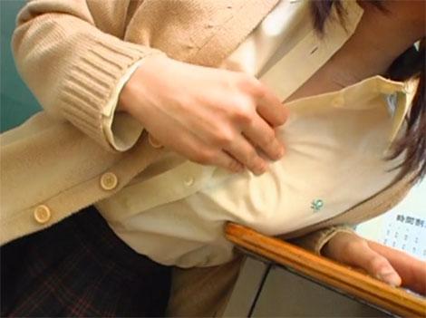 教卓の角に服の上からノーブラ乳首を擦りつけてチクビオナニー