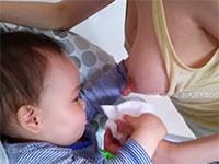 YouTubeで見れるリアル授乳動画。母親の長い乳首に吸い付いて母乳を吸う赤ちゃん