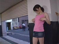 通行人にバレないように隠れて乳首オナニーするオンナ