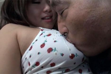 櫻野京子の乳首に吸い付く父親