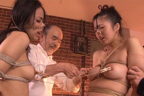 姉妹で乳首相撲を取らされる