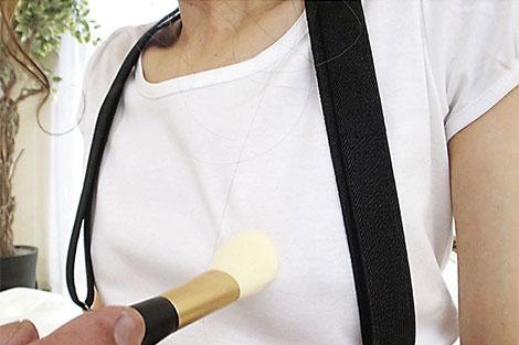 貧乳にサスペンダーをつけている女子