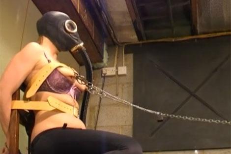ガスマスクを被り、乳首をマシンで自動調教
