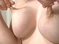 伸びる乳首の小松悠里さんが乳首を強く捻りながらチクビオナニー!