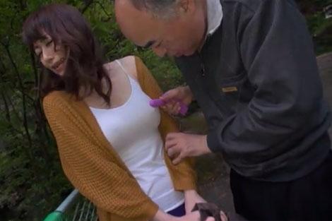 ノーブラ乳首をロータで刺激されるあかりさん