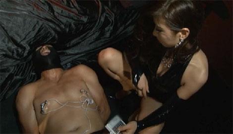 乳首に電流を流されるM男