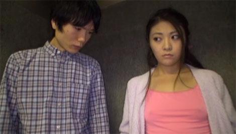 エレベータ内でお姉さんの胸ポチをガン見する男