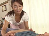 熟女系のマッサージ師に乳首が敏感なのがバレてしまい、乳首もマッサージされ始めて・・・