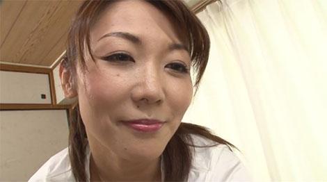 乳首で感じている男性を見つめる市川彩香さん
