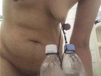 ペットボトルを2本も乳首に吊るしたら乳首千切れちゃうよぉぉぉ!?
