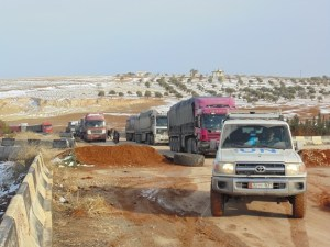 The UN humanitarian supply convoy negotiates a checkpoint during its cross-line mission to a hard-to-reach area of rural Idleb. © UNICEF Syria-2013/Al Kaae